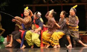 SOLO, 2/8 - FESTIVAL KETOPRAK NUSANTARA. Kelompok ketoprak Pendapan dari teater Gidag-Gidig beraksi dalam Festival Keraton Nusantara di Auditorium Teater Besar ISI Surakarta, Jateng, Sabtu (1/8) malam. Dalam festival yang berlangsung selama tiga hari ini diramaikan oleh lima kelompok ketoprak yang berasal dari Surakarta, Yogyakarta dan Sumatra Utara. FOTO ANTARA/Hasan Sakri Ghozali//Koz/nz/09. *** Local Caption *** SOLO, 2/8 - KETOPRAK NUSANTARA FESTIVAL. Ketoprak group Pendapan from Gidag-Gidig theater perform on Keraton Nusantara Festival at Auditorium Teater Besar ISI, Surakarta, Central Java, Saturday (1/8). The festival which is run for three days, was enlivened by five ketoprak group from Surakarta, Yogyakarta, and North Sumatra. FOTO ANTARA/Hasan Sakri Ghozali//Koz/nz/LD/09.